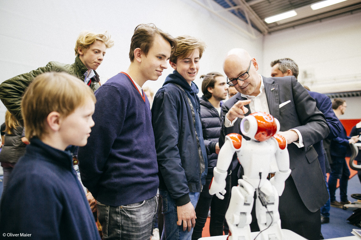 Torsten Albig at dialog with pupils at the World Market Forum Louisenlund